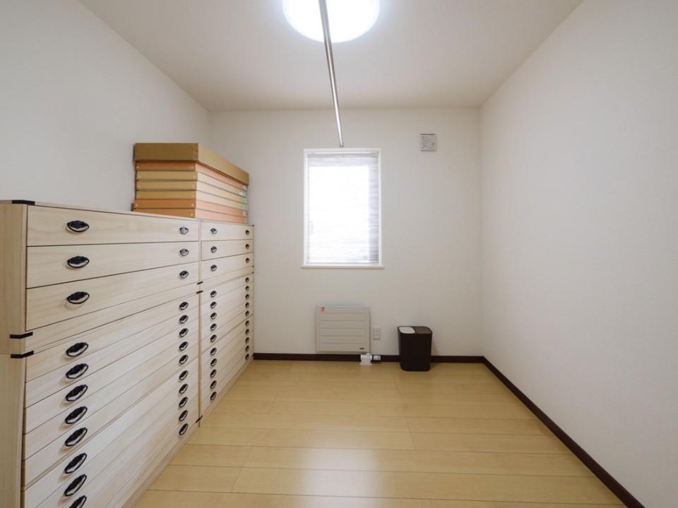着物室。桐箪笥や着物を架けるポールも用意